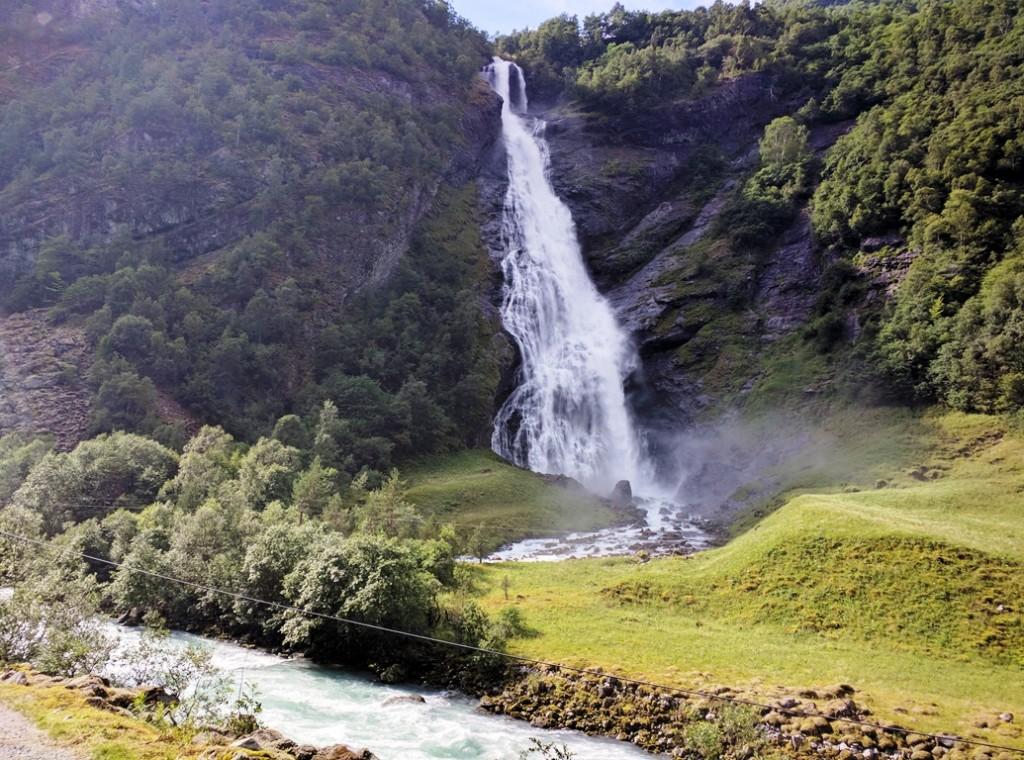 Wandelen naar een waterval in Fjord Noorwegen